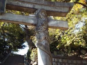 品川神社鳥居の下り竜